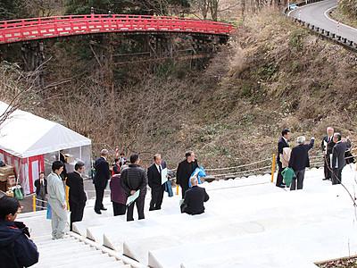 「布橋」の儀式見える観覧席完成 立山町芦峅寺