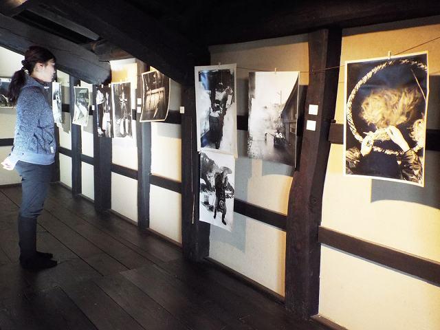 越前和紙の里の営みを伝える写真展=越前市新在家町の卯立の工芸館