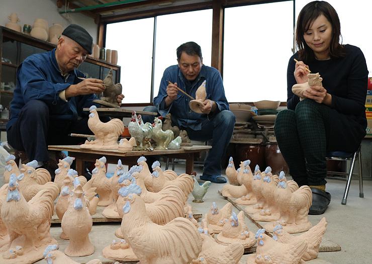 酉の置物作りに励む(左から)谷口さん、均さん、由佳さん=砺波市福山