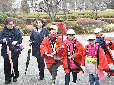 「赤備え」児童が上田城跡ガイド 銅像や石碑など紹介