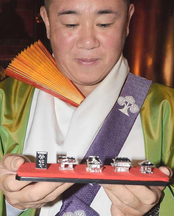1月上旬から販売される善光寺の本堂などの模型