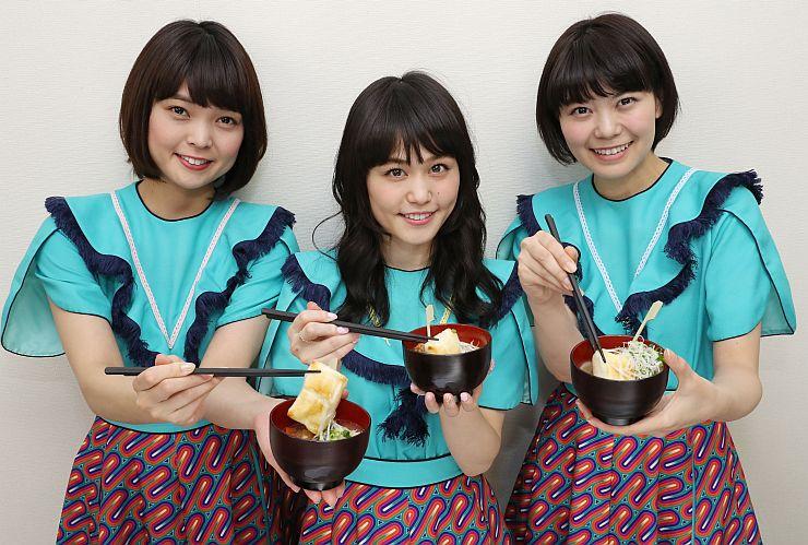 監修した雑煮を手にするNegiccoの3人=6日、新潟市東区