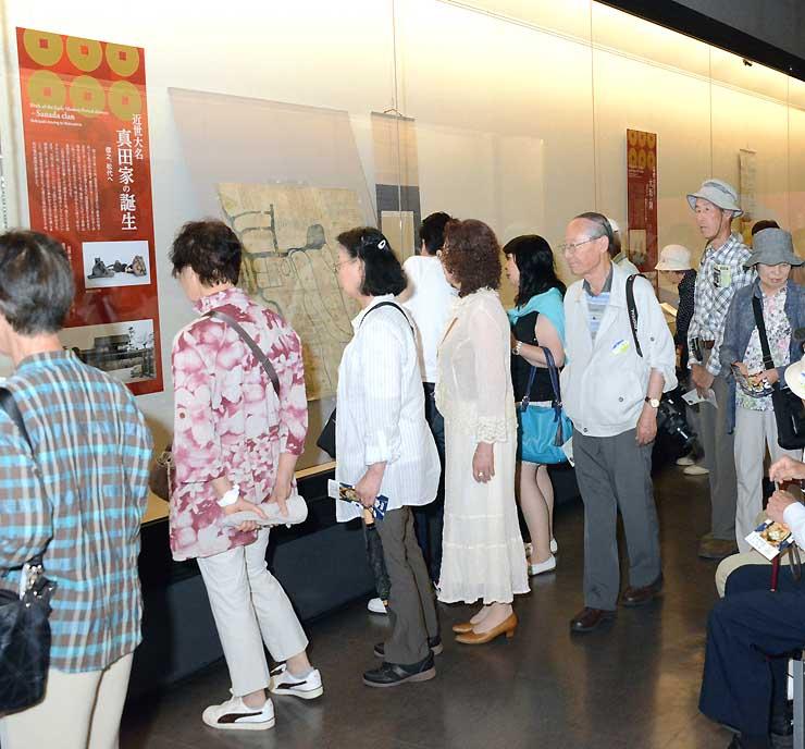 大勢の観光客らでにぎわう真田宝物館の特別企画展「戦国の絆」=6月、長野市