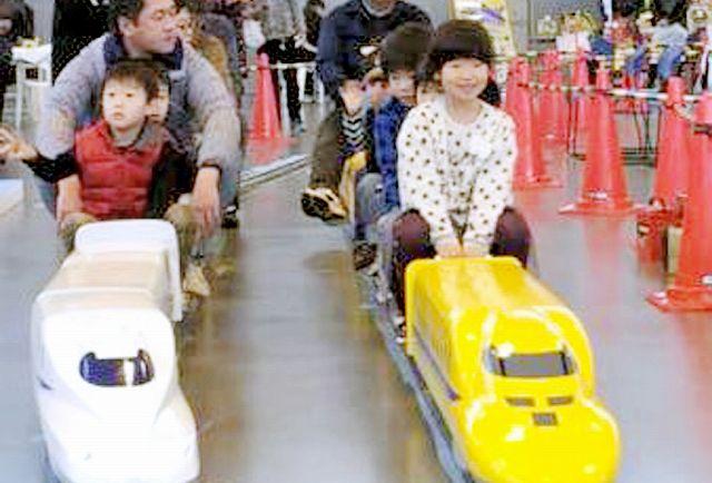 大勢の家族連れでにぎわった昨年の「つるが鉄道フェスティバル」=昨年11月28日、福井県敦賀市