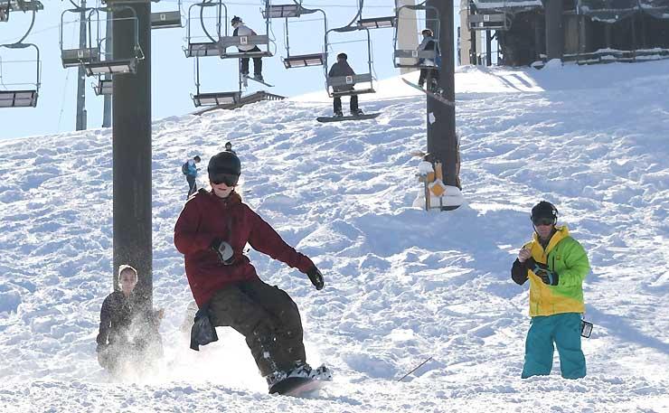 今季の営業を始めた白馬八方尾根スキー場。初日から多くの人が訪れた