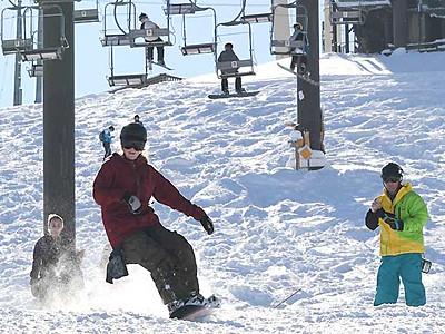 待ちかねた天然雪の感触 白馬・小谷のスキー場オープン