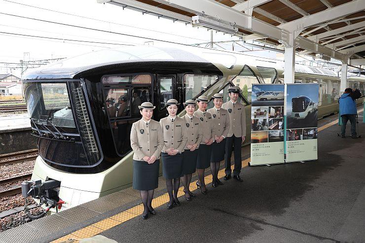 シャンパンゴールド色に輝く豪華寝台列車「トランスイート四季島」=8日、新潟市秋葉区