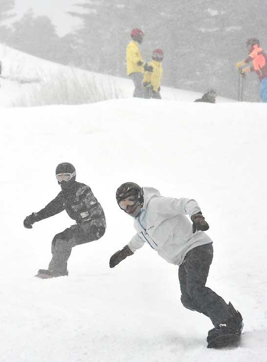 初滑りを楽しむスノーボーダーら=9日午前10時、王滝村