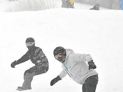 スキー場、オープン前に初滑り 王滝「おんたけ2240」