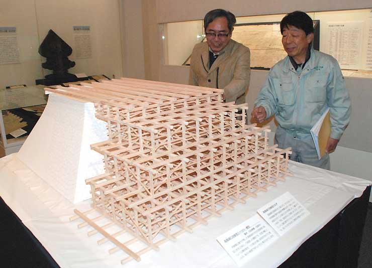 高島城の石垣修理で組まれたやぐらを立体模型で再現した石田さん(右)と五味さん