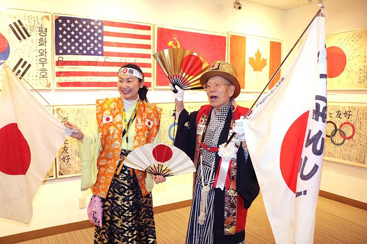 展示場のオープンを喜ぶ山田さん(右)と石川さん=いなみ木彫りの里創遊館