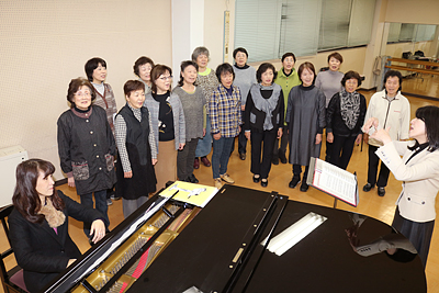 練習に励む「合唱団おおさわの」の団員=富山市大沢野文化会館