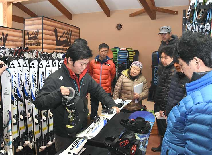 スキー用具の調整についてプレスト社員(左)から指導を受ける戸隠スキー学校の指導員ら