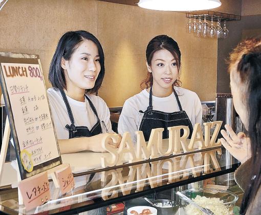 「サムズカフェ」で働く舞姫団の北村さん(左)と小田原さん=金沢市鱗町