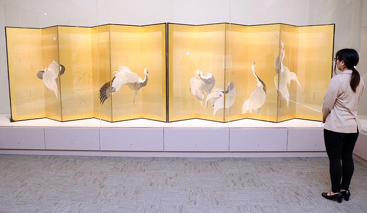 新たに展示された石崎光瑤の「鶴図」=南砺市福光美術館