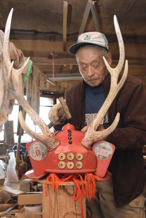 大河ドラマ「真田丸」の最終回を前に、地元のシカの角を使ったかぶとを作る滝沢さん