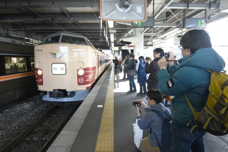特急「あずさ」の特別列車を撮影する鉄道愛好家ら=17日午後1時3分、松本市のJR松本駅
