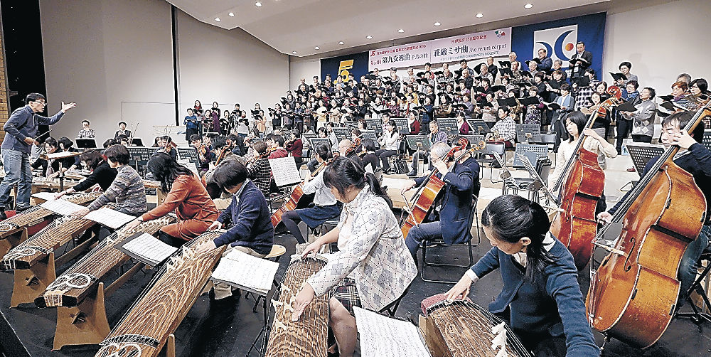 本番に向け音色と歌声を確かめる出演者=金沢歌劇座