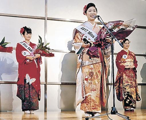 グランプリに選ばれた藤内さん(右から2人目)=金沢市内のホテル