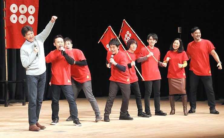 勝ちどきを上げる草刈正雄さん(左)ら出演者たち
