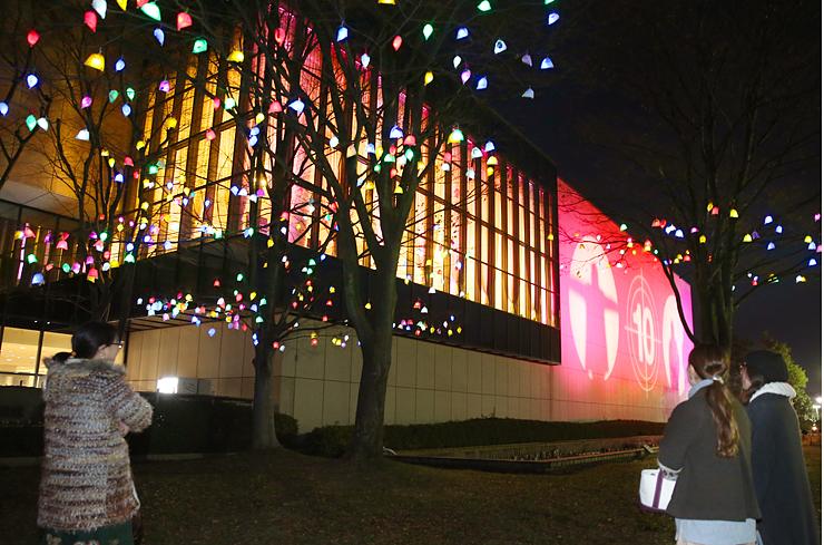 閉館までの日数と来場者の影が映し出された壁面=県立近代美術館