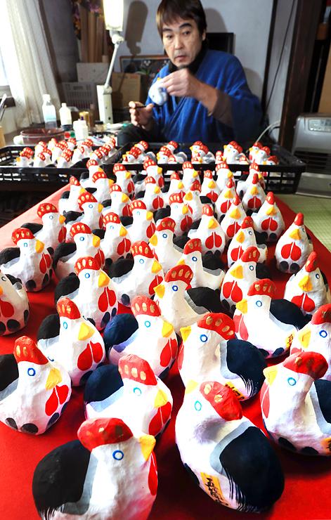 手作業で絵付けされ、出荷を待つ鶏の和紙人形=南砺市下梨