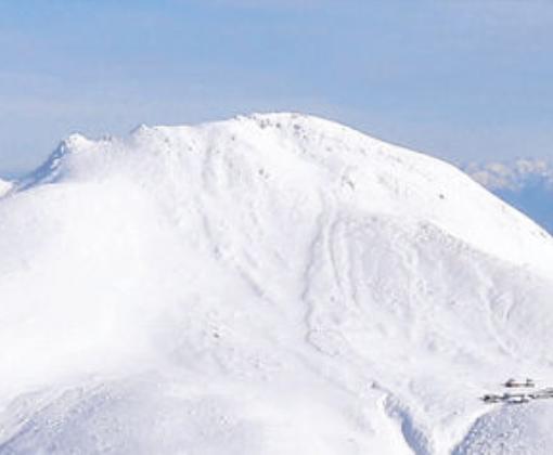 雪に覆われた白山の山頂部。後方が立山連峰=北國新聞社ヘリ「あすなろ」から