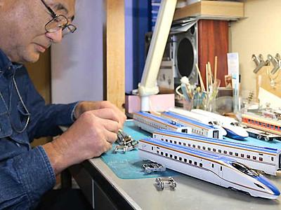 「かがやき」模型を改造中 須坂のミニチュア鉄道博物館