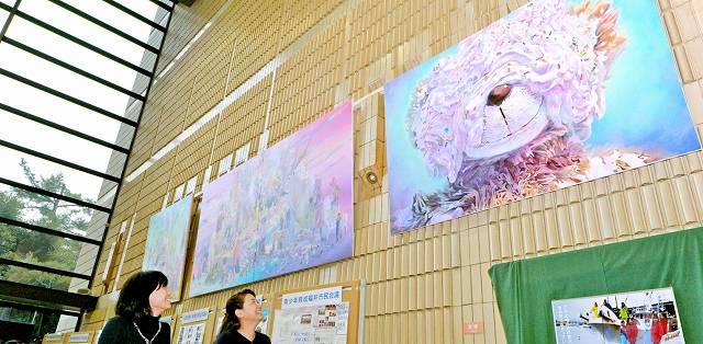 ドイツから帰国した熊野さんが、現地で制作したアクリル画を披露している作品展=13日、福井県庁ホール