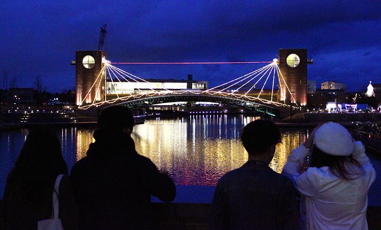ライトアップされた天門橋を眺めるカップルたち