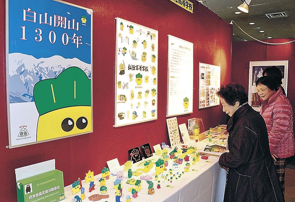 松任高生の作品に見入る来場者=石川県文教会館