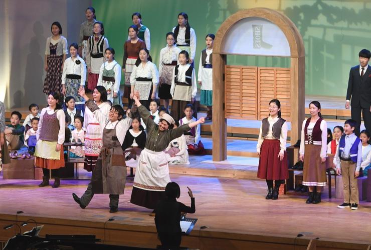合唱ミュージカル「くつやと小びと」の一場面=24日、松本市