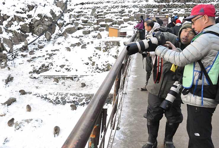 福田さん(右2人目)の指導を受け、写真技術を学ぶ参加者