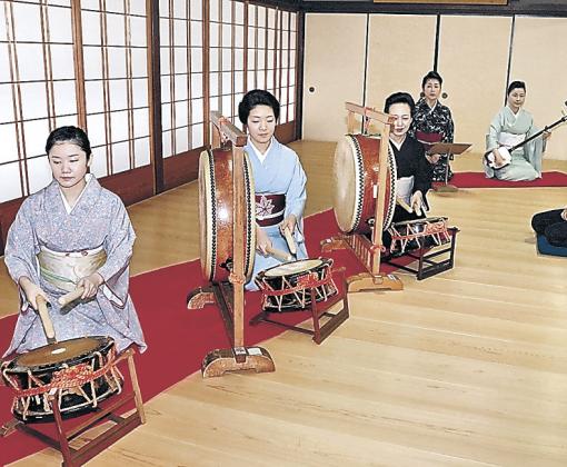 駒井さんが見守る中、稽古に励むひがし芸妓衆=金沢市のひがし茶屋街検番