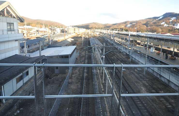 鉄道車両を並べてテーマパークを建設する予定の軽井沢駅東側の旧ホーム(中央)