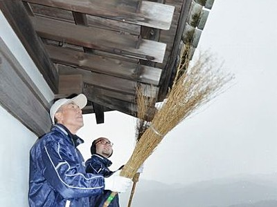 国の重文丸岡城をすっきり掃除 1日は天守を無料開放