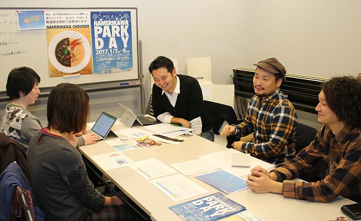 イベント成功に向けてアイデアを出し合う桶川さん(右から3人目)らメンバー=滑川市内