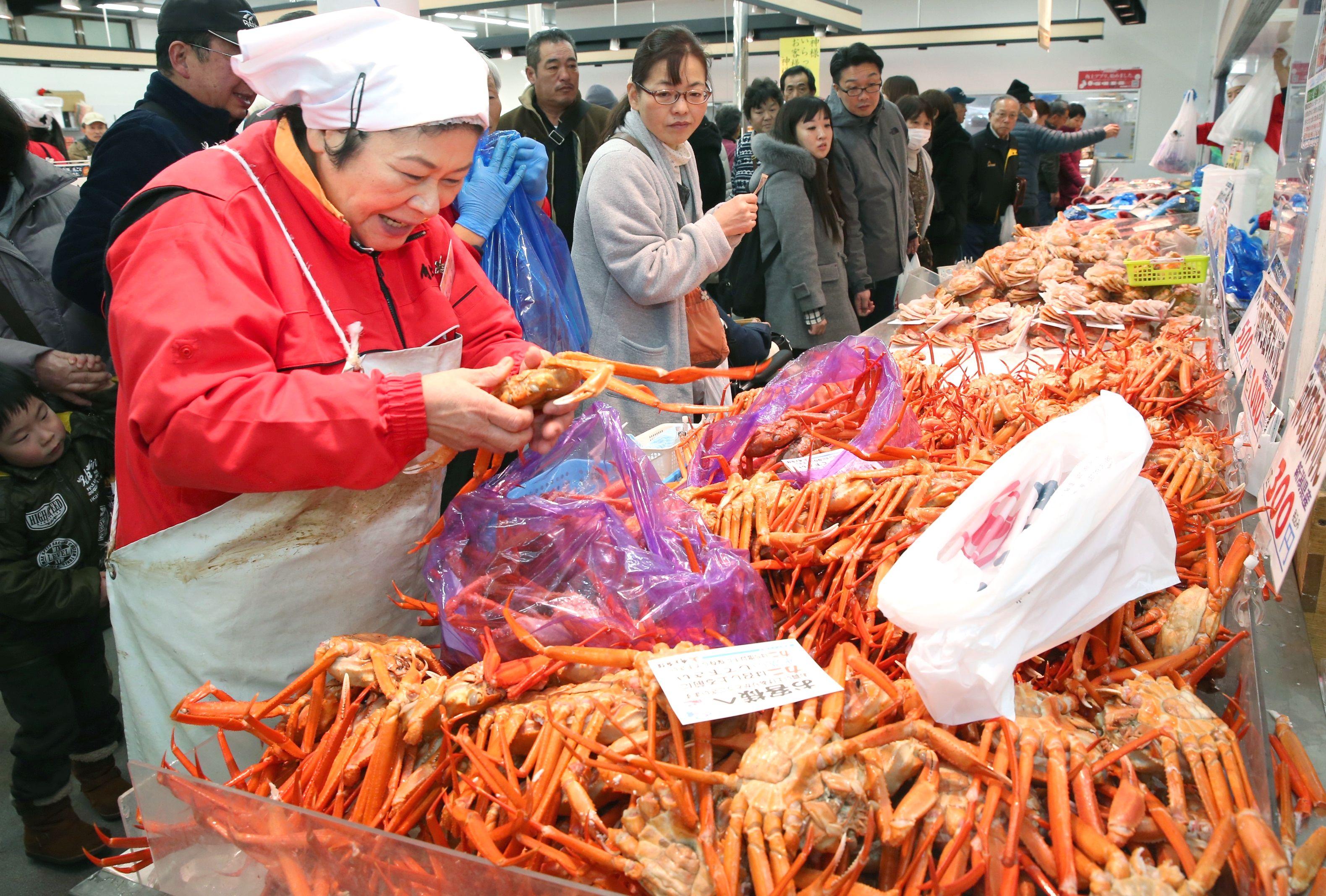 年末年始用の食材を求める買い物客でにぎわった魚の市場通り=29日、長岡市寺泊下荒町