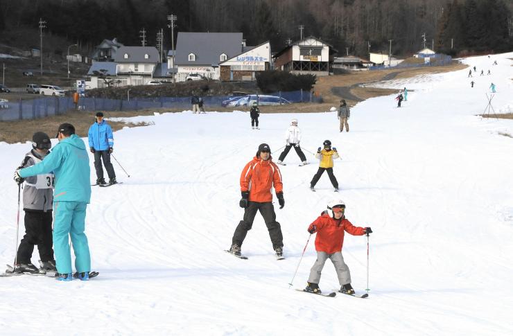 雪の感触を楽しむスキーヤーたち