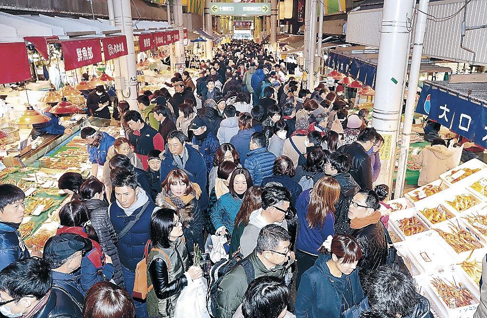 正月料理の材料などを求めて詰め掛けた買い物客=金沢市の近江町市場