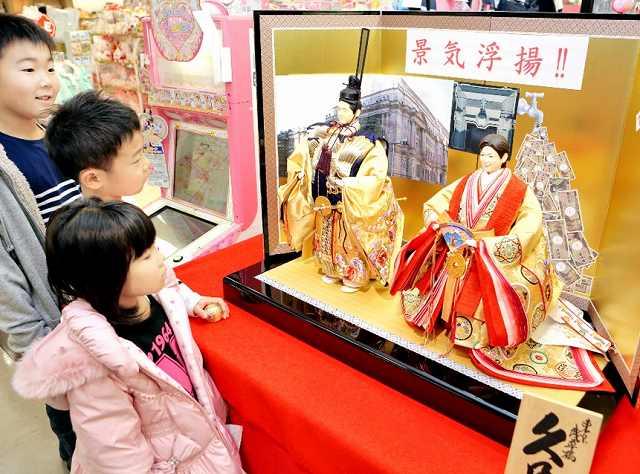 都知事の小池氏と安倍首相をモチーフにしたひな人形=福井市の西武福井店