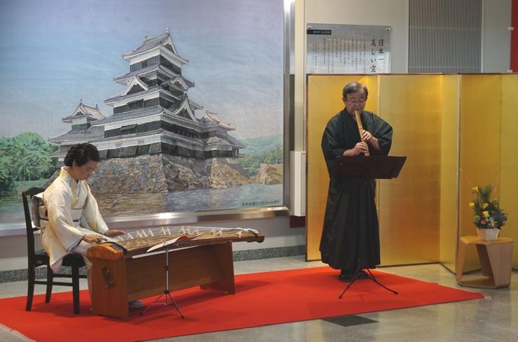 空港ロビーで演奏する有賀さん(左)と原さん