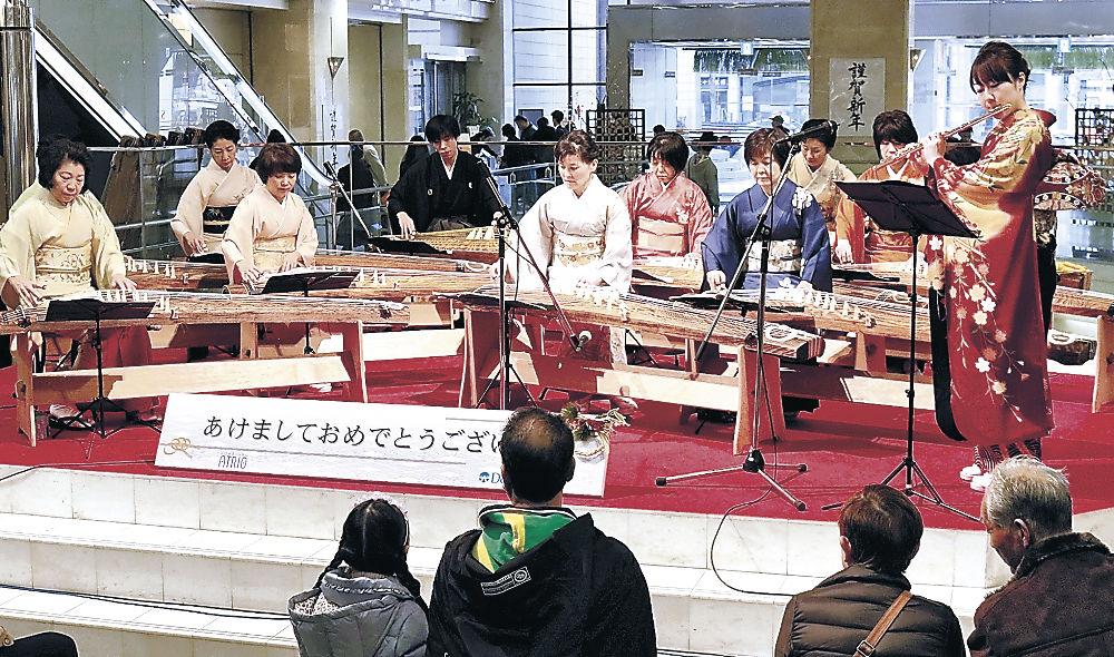 初売りの店内を彩った華やかな演奏=金沢市の香林坊アトリオ