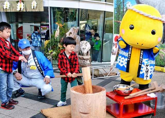 新年を祝って元気に餅つきをする子ども=3日、福井県勝山市の県立恐竜博物館