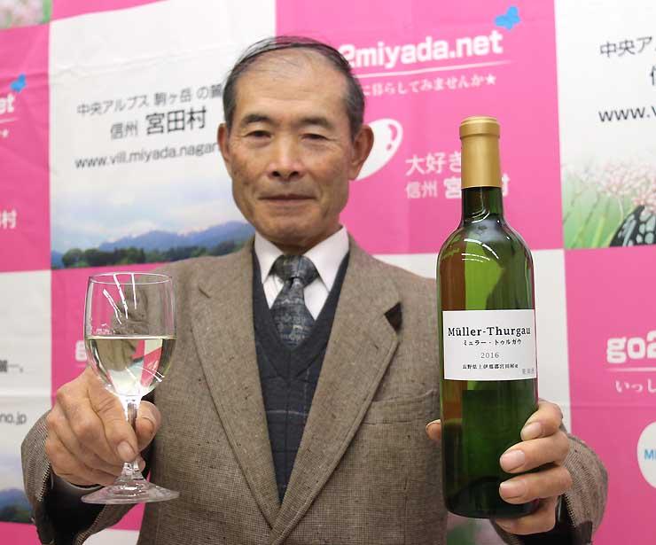完成した白ワインをPRする小田切さん
