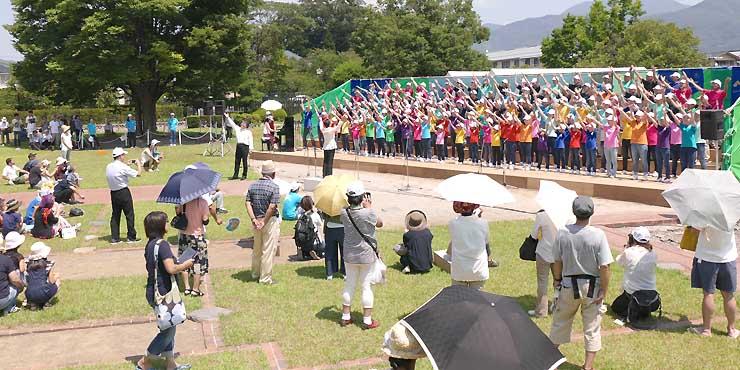 SK松本合唱団などが歌声を響かせた昨年8月の「お城deハーモニー」=松本城二の丸御殿跡