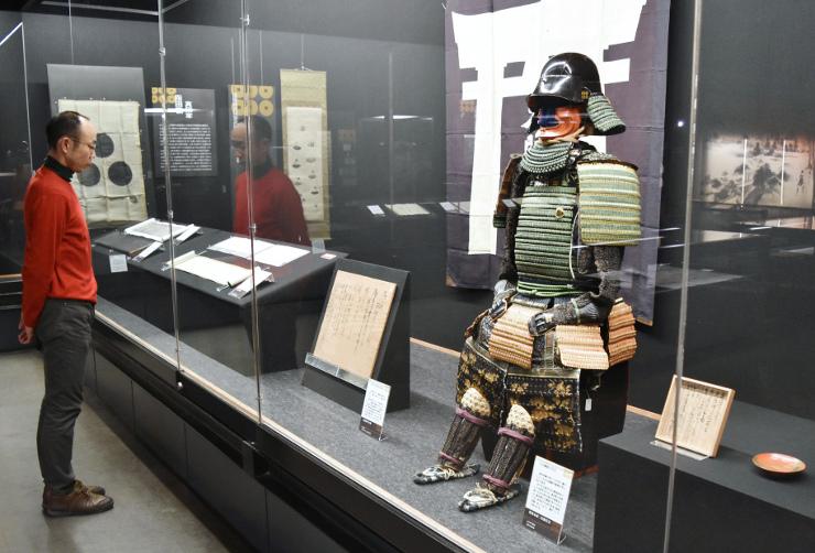 矢沢綱頼の甲冑と伝わる品々などが並ぶ特別展