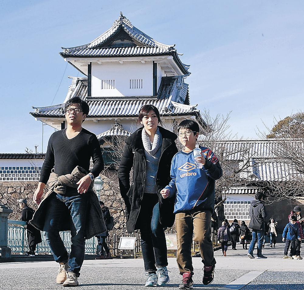 青空の下、散策する観光客=金沢城公園の石川門前