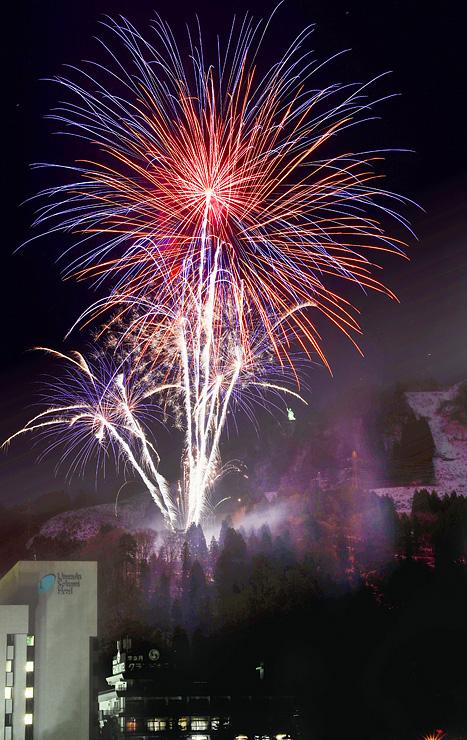 冬の温泉街を彩った大輪の花火=黒部市宇奈月温泉のサン柳亭屋上から(多重露光)