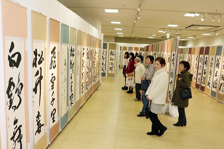 めでたい言葉などが並んだ作品展=富山大和